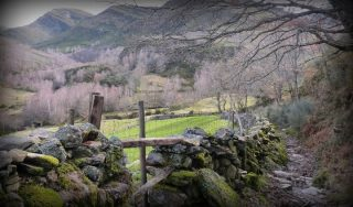 📌Valles Glaciares de Chandrexa de Queixa Es  una  ruta por uno de los paisajes menos conocidos del interior de Galicia. Destacan sus Valles Glaciares: Forcadas y Queixeliñas. A lo largo del camino disfrutaremos de un entorno espectacular, rodeados de bosques, praderas, pequeñas aldeas tradicionales y los impresionantes paisajes montañosos de la Serra de Queixa.  Rutea